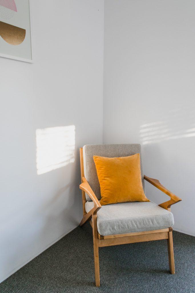 Le fauteuil scandinave en bois